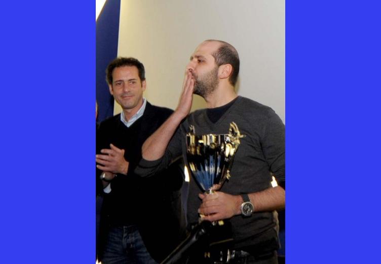 Giulio Ddilonardo gestore del Verdi premia Zalone per il successo di Che Bella Giornata 1