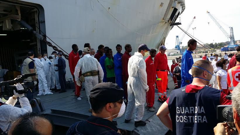 migranti sbarcati porto di taranto 2