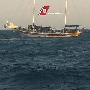 barca migranti santa maria di leuca