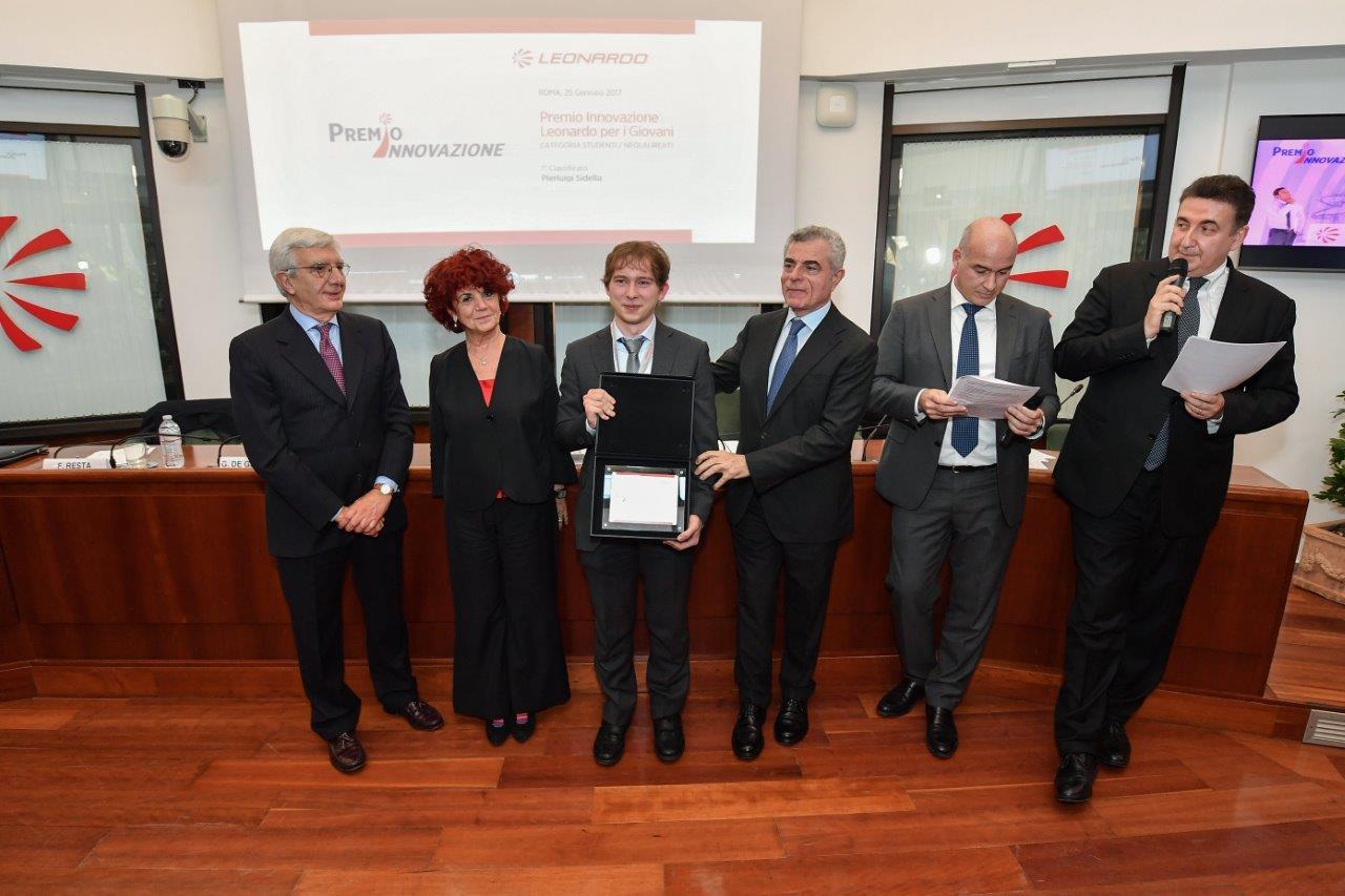 Foto premio innovazione Leonardo Al centro Pierluigi Sidella
