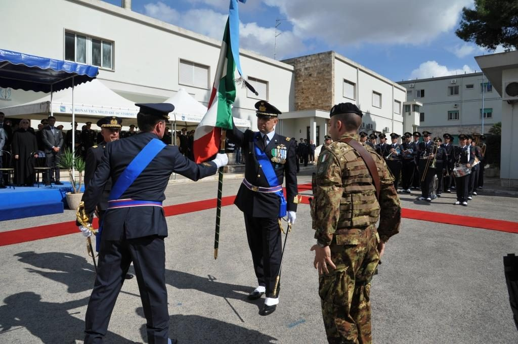 Il passaggio della bandiera di guerra tra comandante uscente e subentrante.JPG