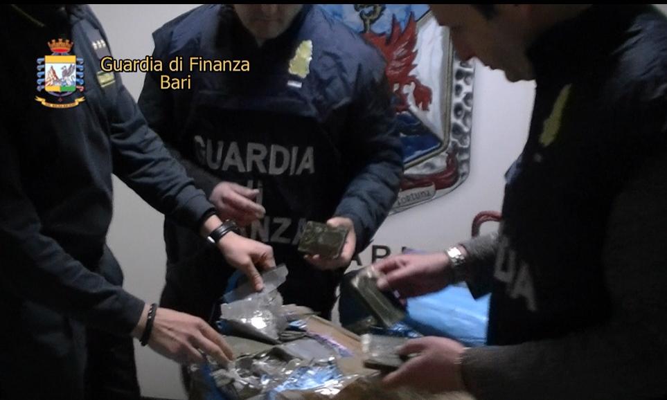 Bari: sequestrate 6930 paia di scarpe. Accusa: false New Balance