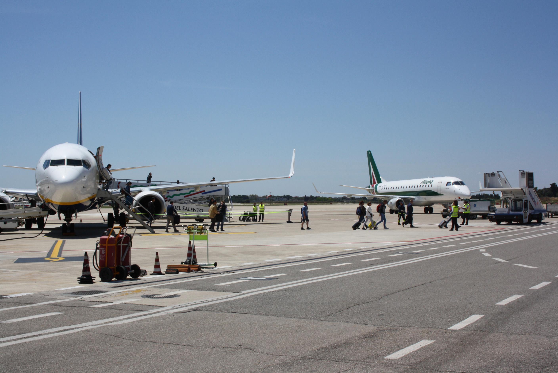 Aeroporto del Salento Brindisi piazzale.JPG