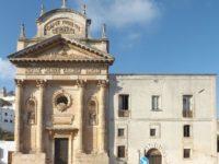 Ostuni. La chiesa di Maria Santissima del Monte Carmelo e l'ex convento dei PP. Carmelitani. Il prospetto principale in largo Maria Santissima del Carmine