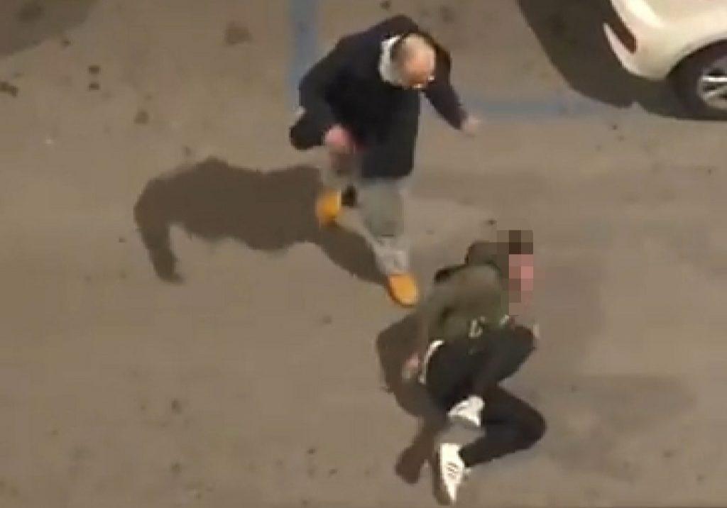 bari, picchia la compagna in strada e il video fa il giro del web. -video-