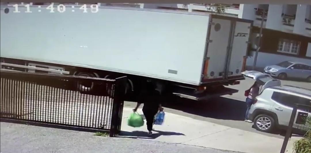 Lequile: investita dal camion in retromarcia fuori dal supermercato. Salva per il portabagagli aperto Incidente stamattina