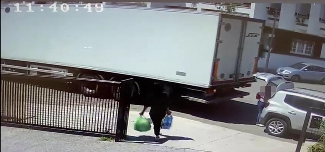 Lequile: investita dal tir in retromarcia fuori dal supermercato. Salva per il portabagagli aperto Incidente ieri mattina