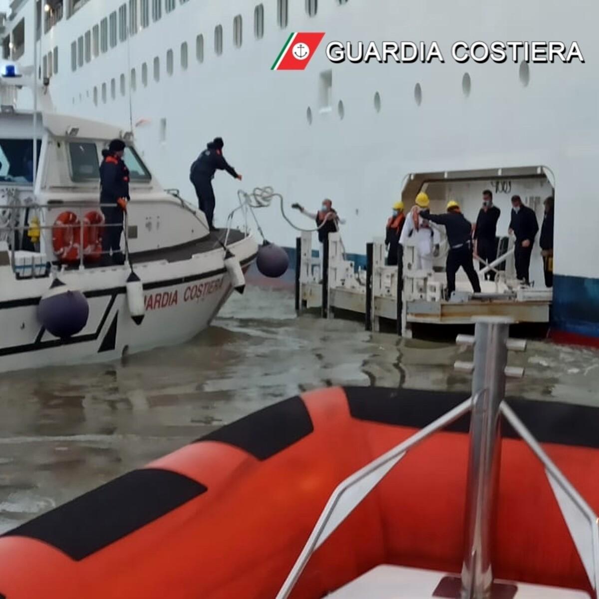 Infarto a bordo, anziana in crociera soccorsa al largo del Gargano Poi trasferita a Manfredonia